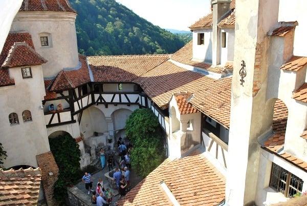 Nádvorie hradu Bran, Transylvánia,