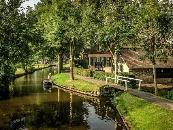 Holandská dedina Giethoorn je