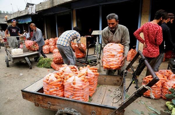 Muž nakladá mrkvu na