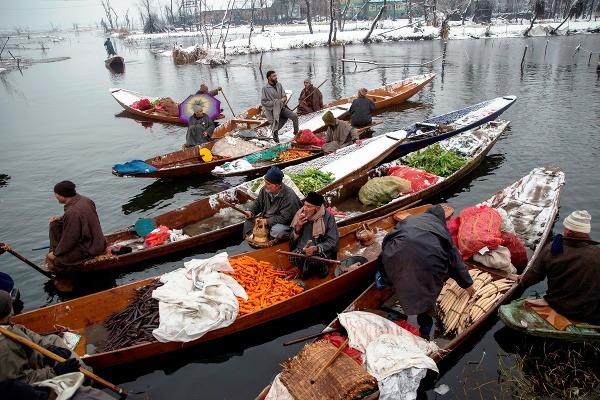 Na snímke Kašmírčania predávajú