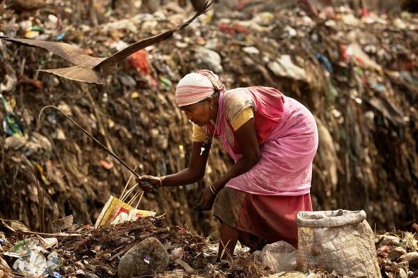 Indická handrárka hľadá recyklovateľné