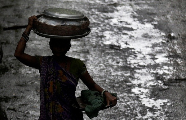 Indická rybárka prichádza s
