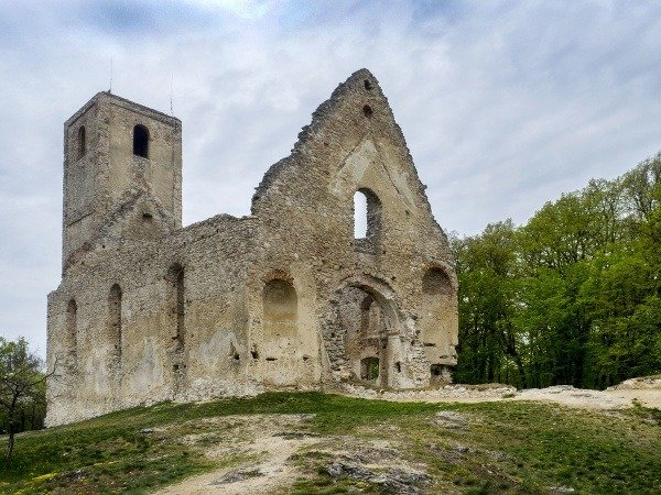 Romantické ruiny uprostred lesa: