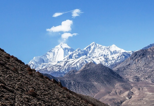 Naľavo Dhaulagirí (8167 m),
