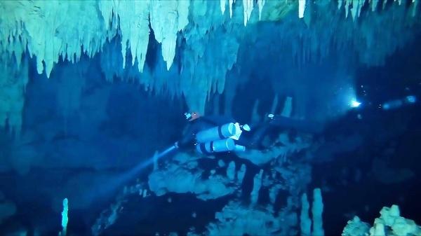 Potápač počas skúmania najdlhšej