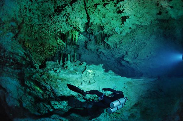 Potápač v podvodnej jaskyni.