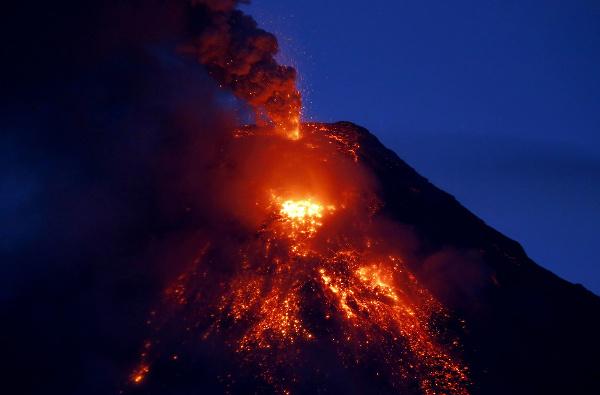 Filipínska sopka Mayon chrlí