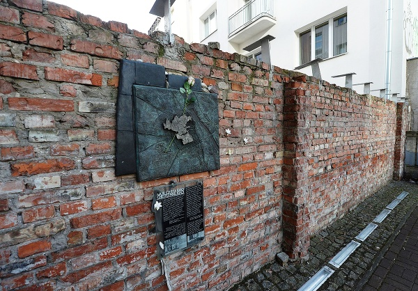Dve zachované časti múru,