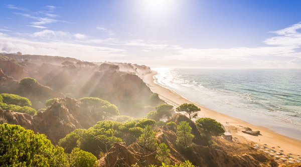 Pláž Falesia, Algarve, Portugalsko