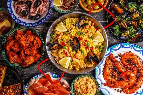 Stôl so španielskou paellou