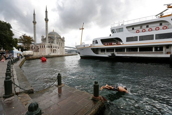 Muž skáče do vôd