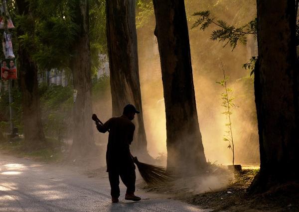 Pakistanský zametač očistí ulicu