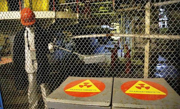 Pracovník kontroluje radiáciu v