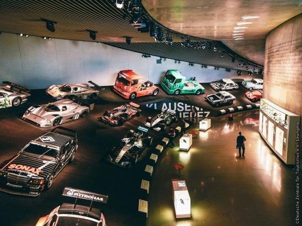 Stuttgart: Múzeum Mercedes-Benz