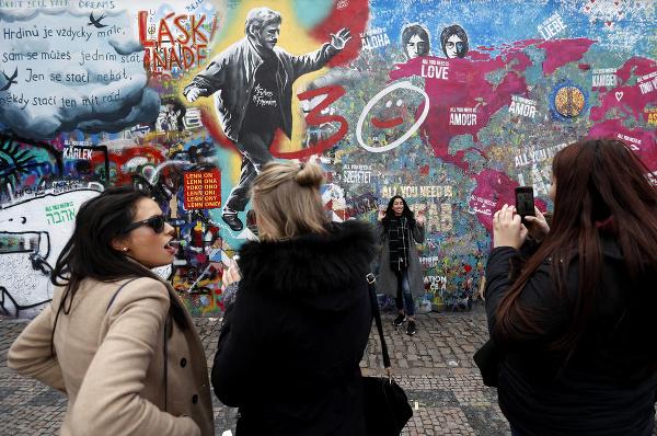 786788ef9 Múr Johna Lennona patrí k symbolom Prahy, vznikla na ňom nová veľká ...