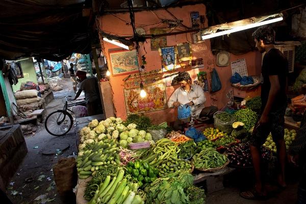 Zákazník kupuje zeleninu od