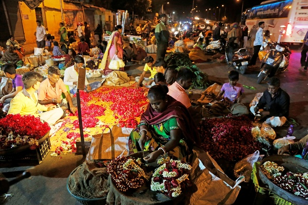 Indickí predavači kvetov vytvárajú