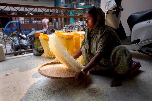 Na snímke žena čistí