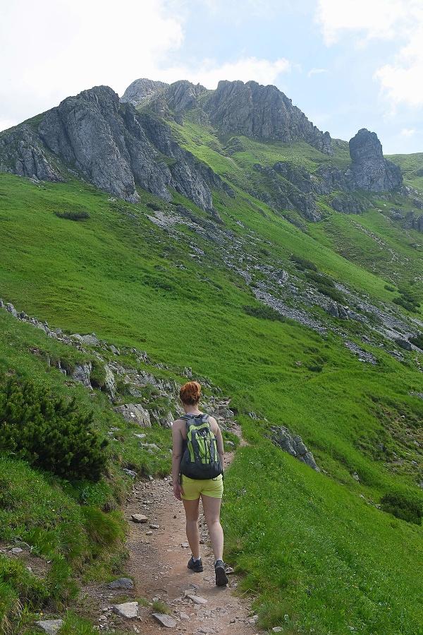 Na snímke turistka kráča