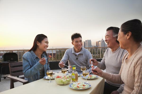 Číňania pri večeri