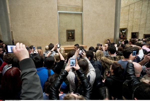 Davy ľudí pred obrazom