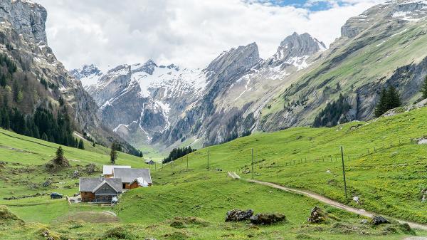 Malebná scenéria z vrchom