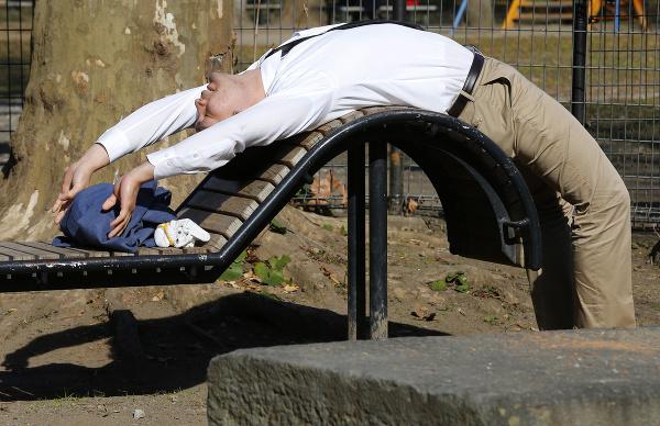 Muž cvičí na lavičke