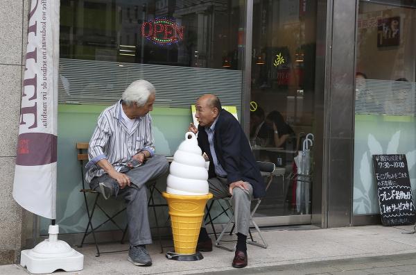 Dvaja muži sa rozprávajú