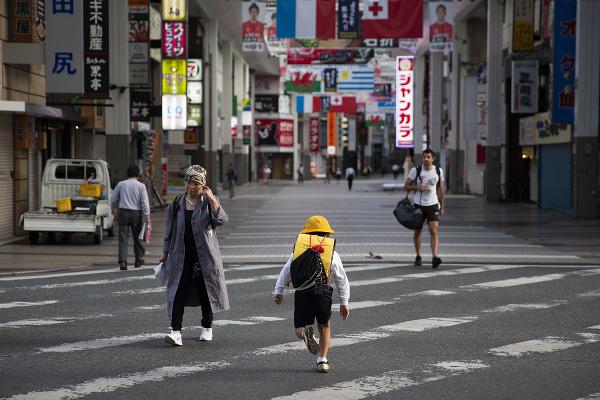 Chlapec kráča po ceste