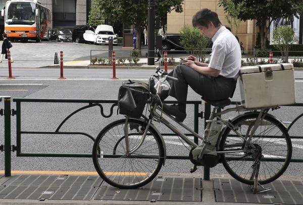Muž si prezerá mobil
