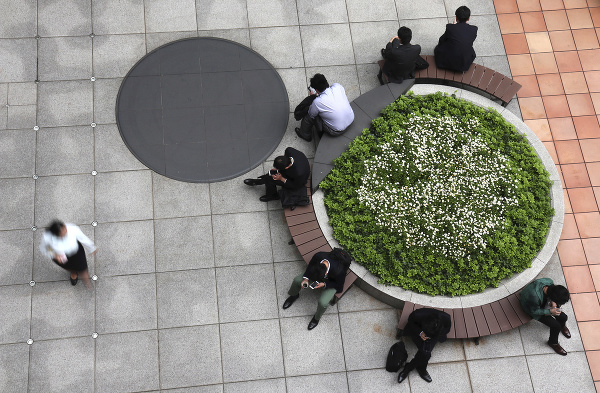 Ľudia odpočívajú na lavičke