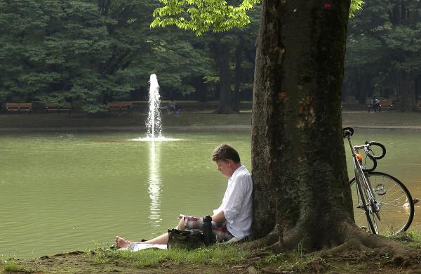 Muž odpočíva pri rybníku