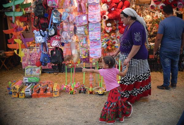 Dievčatko ukazuje na hračku