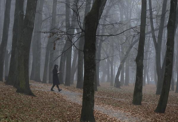 Žena kráča v parku