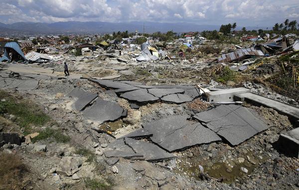 Zničená asfaltová cesta a