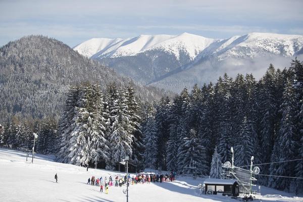 Na snímke lyžiari v