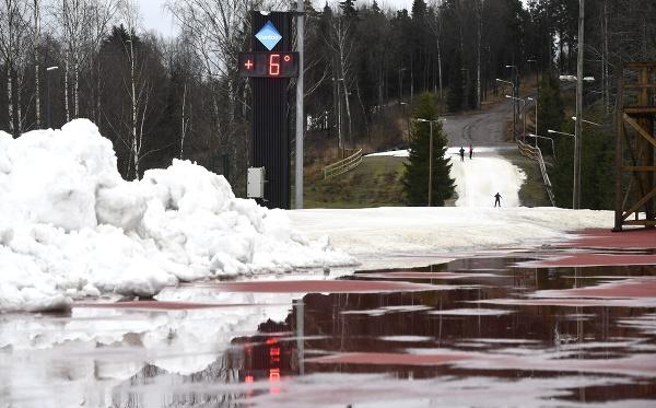 Ľudia lyžujú na umelom