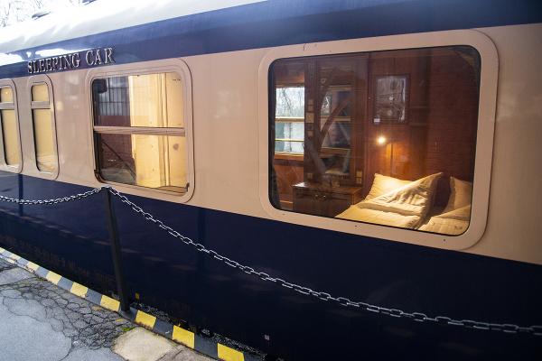 Salónny a lôžkový vlakový