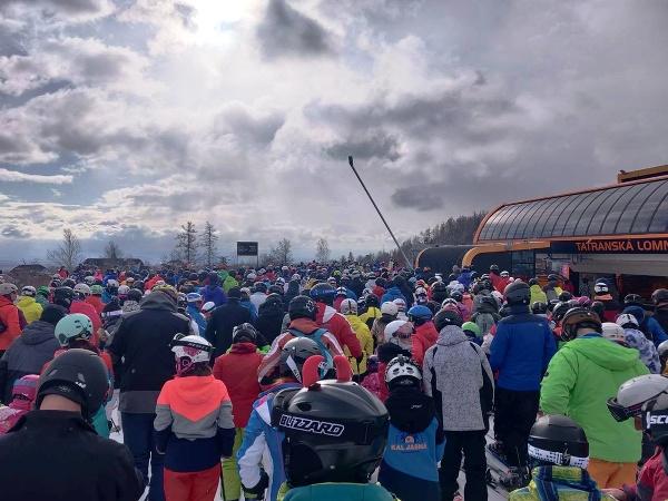 Neuveriteľná tlačenica na lyžovačke: