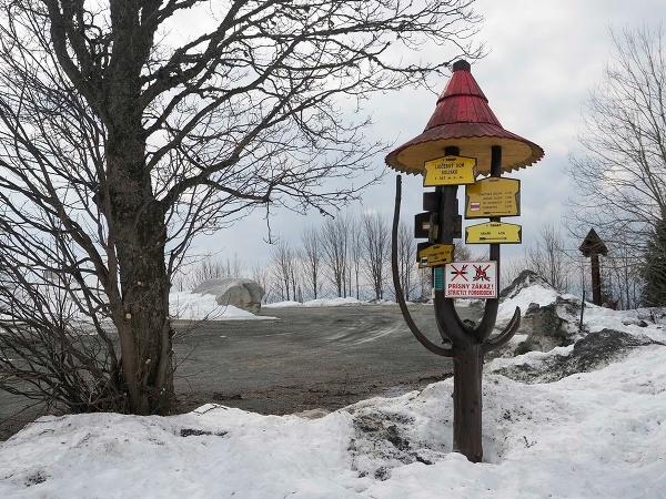 Vyľudnené a pod snehom: