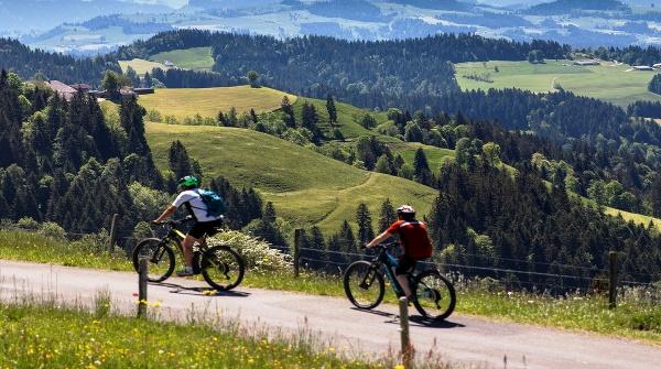 Jazdci na horských bicykloch