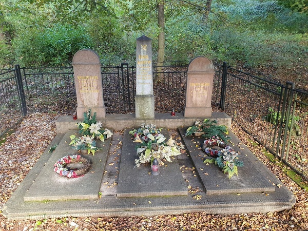 Uprostred hrob Daniela Maróthyho,