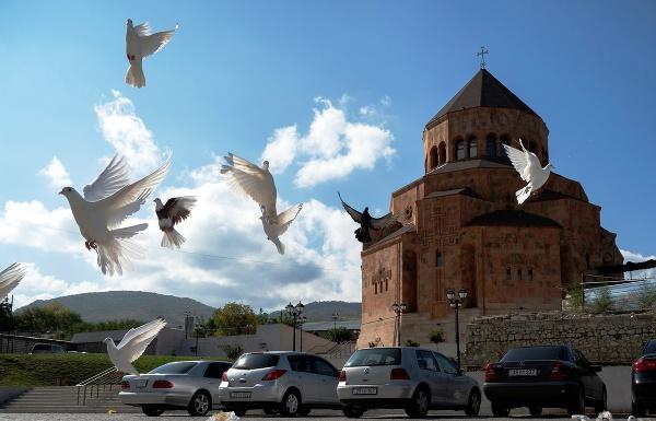 Holuby letia neďaleko Katedrály