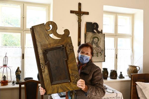 Kornélia Richterová ukazuje exponáty