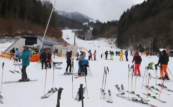 Lyžiari v lyžiarskom stredisku