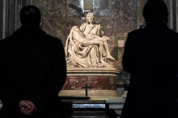 Návštevníci obdivujú mramorové dielo