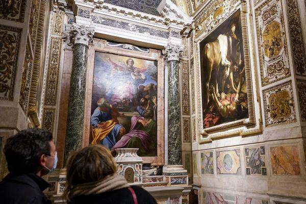 Na snímke návštevníci si