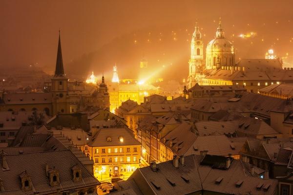 Praha, zasněžené střechy malostranské