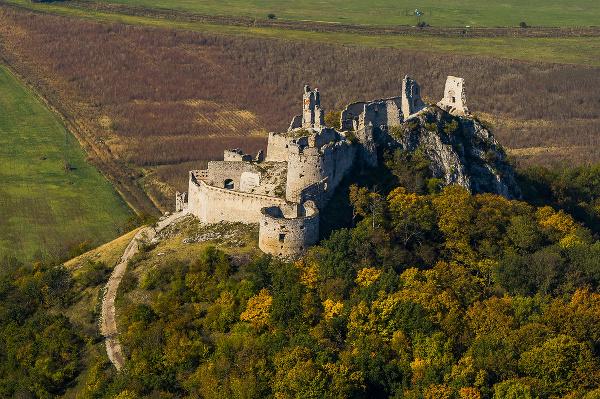 Plavecký hrad nad obcou