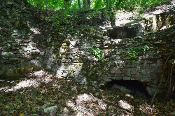 Stredoveký hrad nad obcou